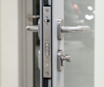 Electromechanical mortise lock for profile doors energized with a bolt throw